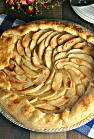 An apple tart sitting on top of a wooden table